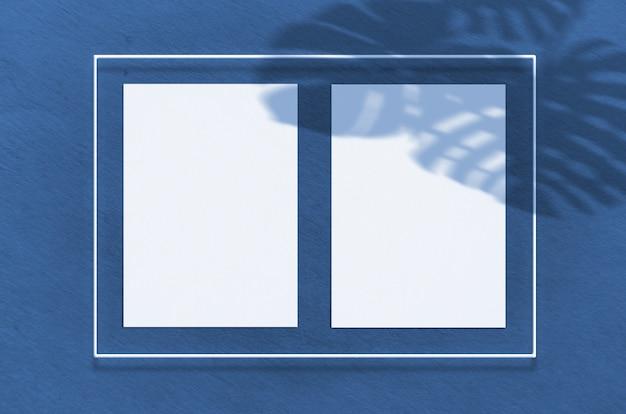 Poster de superfície em uma moldura de néon com brilho. cena com sombras de palmeiras de sobreposição tropical com espaço livre dentro. cor do ano 2020 classic blue