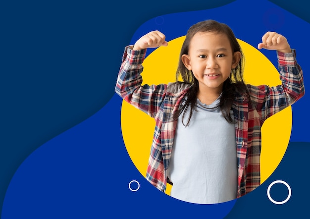Pôster panfleto brochura criança asiática levanta os braços mostra os músculos