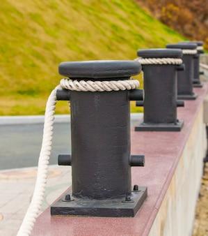 Postes de amarração com cordas em cais para vedação decorativa.