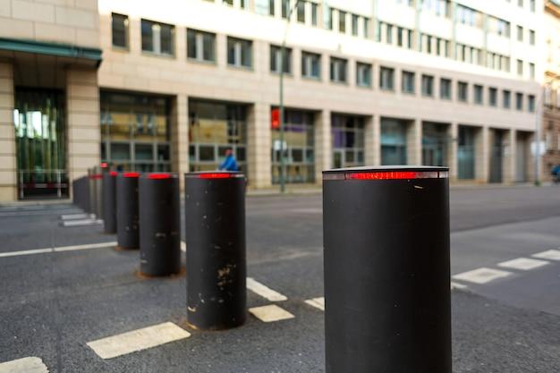 Postes de amarração de elevação automática que restringem a entrada de automóveis dos veículos.