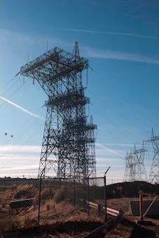 Postes de eletricidade sobre uma represa, glen canyon dam, lago powell, page, arizona-utah, eua