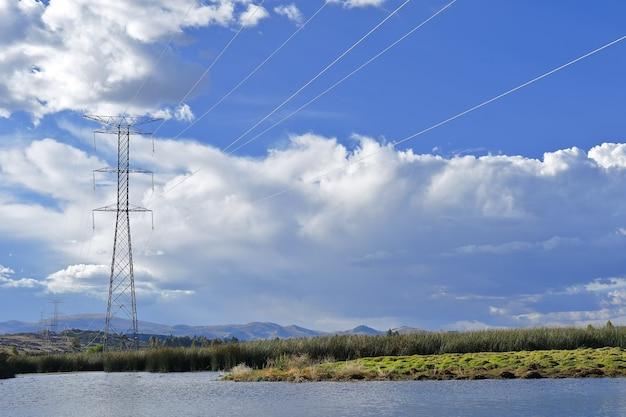 Postes de iluminação elétrica cruzando áreas rurais