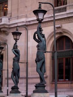 Postes de lâmpada de estátua fora palais garnier em paris frança