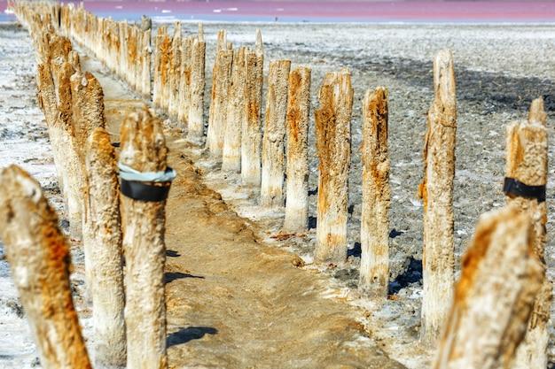 Postes de madeira na mineração de sal do sal do lago
