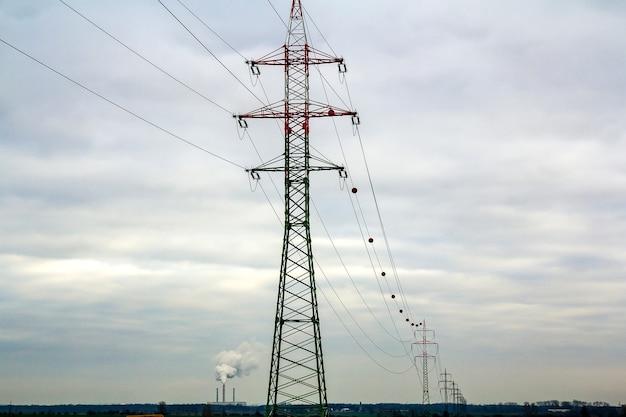 Postes e linhas de energia com céu vibrante