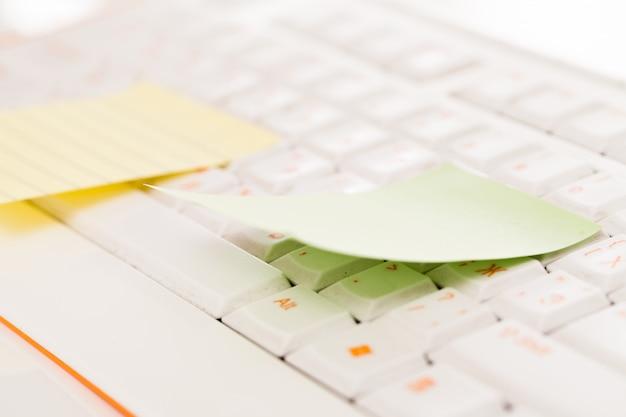 Postit notes em um teclado