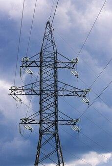 Posto de alta tensão ou torre de alta tensão com cabo em um fundo de céu azul escuro