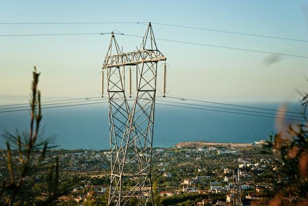 Posto de alta tensão ou torre de alta tensão, vista da cidade ao fundo