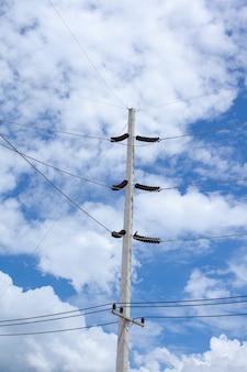 Posto de eletricidade com céu azul claro