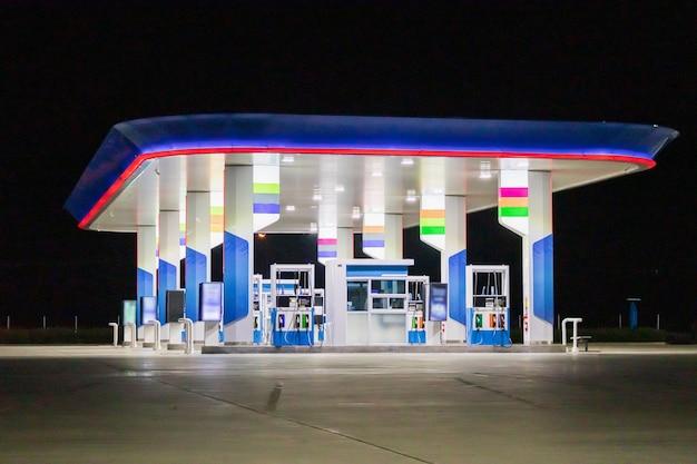 Posto de gasolina à noite