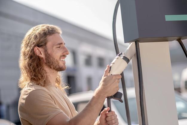 Posto de gasolina. homem-máquina trabalhando em um posto de gasolina