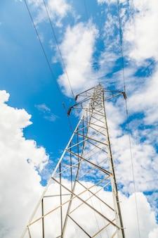 Posto elétrico de alta tensão no céu azul