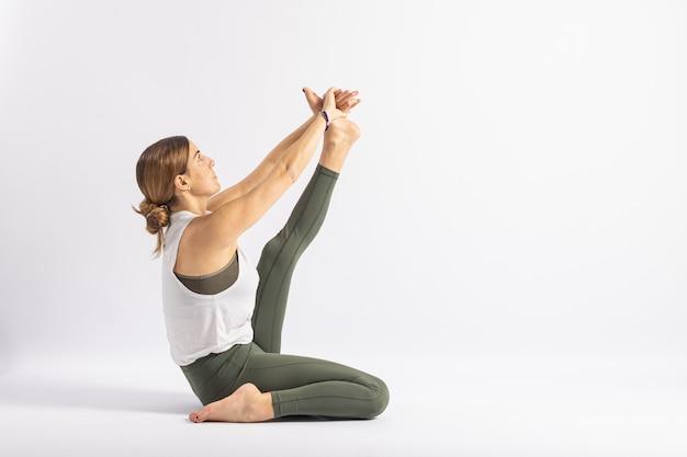Postura com uma perna dobrada para a frente. postura de yoga (asana)