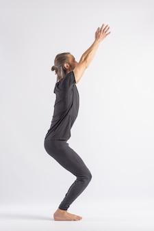 Postura da cadeira (utkatasana) posturas de ioga (asana)