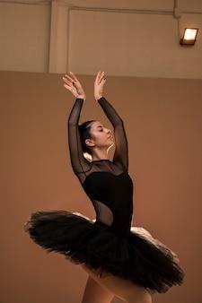 Postura de cisne de bailarina de tiro médio