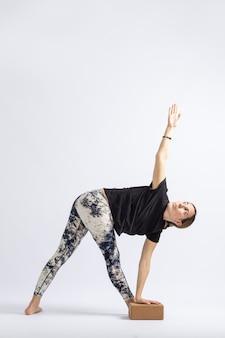 Postura de ioga com ajuda de blocos
