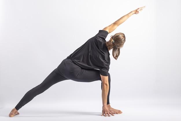 Postura de ioga com postura em ângulo lateral estendido asana