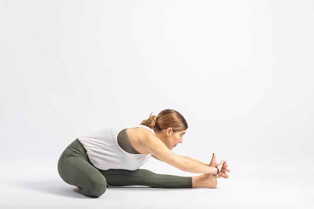Postura de ioga de cabeça sobre joelho asana