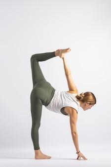 Postura de yoga em meia lua asana