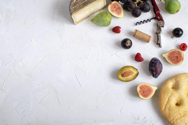 Postura plana aperitivo de vinho figo presunto uva ameixa focaccia grissini