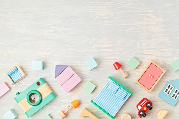 Postura plana com blocos de madeira em tons pastel. brinquedos ecológicos, sem desperdício, sem plástico, educacionais e de gênero neutro para crianças. copiar espaço, vista superior