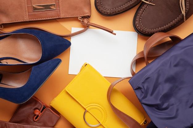 Postura plana com coleção de acessórios femininos de outono. compras, blog de moda, venda, conceito de idéias de presente.