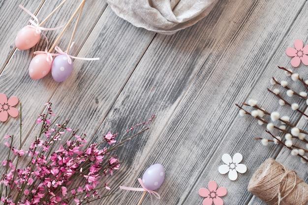 Postura plana com cópia-espaço na superfície de madeira texturizada cinza com decorações de primavera