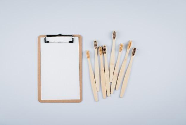 Postura plana com escovas de dente de bambu e vazio em branco para texto zero desperdício, ept