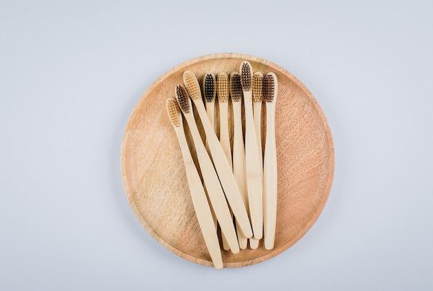 Postura plana com escovas de dente de bambu