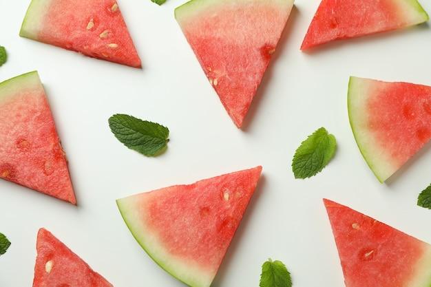Postura plana com fatias de melancia no fundo branco
