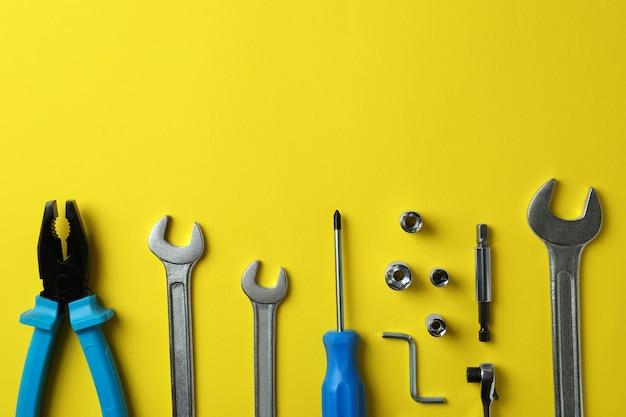 Postura plana com ferramentas de trabalho em amarelo