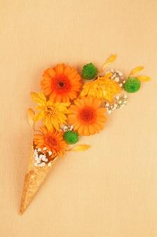 Postura plana com flores em cores de outono