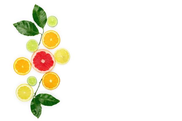 Postura plana com frutas exóticas em fundo branco, vista superior.