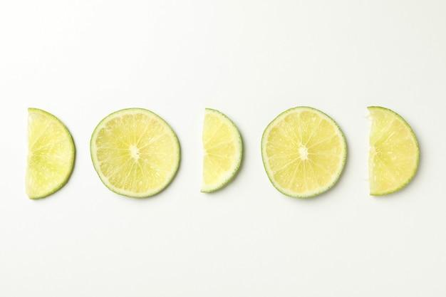 Postura plana com limão maduro no fundo branco