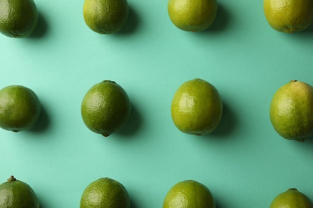 Postura plana com limão maduro no fundo de hortelã