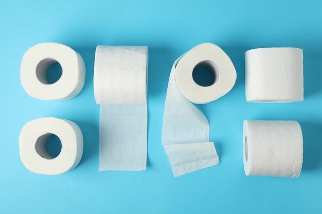 Postura plana com papel higiênico em azul