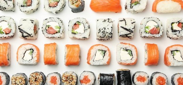 Postura plana com rolos de sushi. comida japonesa