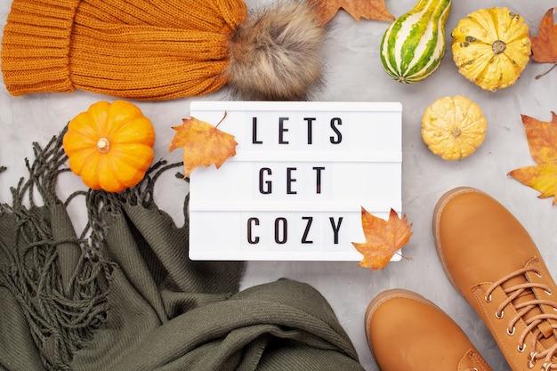 Postura plana com roupa quente de conforto para o tempo frio. confortável outono, roupas de inverno, compras, venda, estilo na idéia de cores da moda