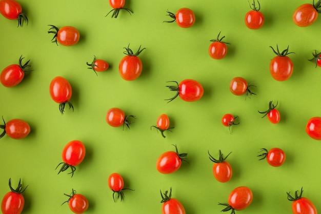 Postura plana com tomate vermelho. estilo minimalista