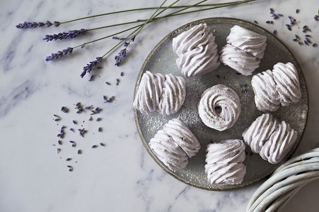 Postura plana com um prato de marshmallows caseiros feitos com lavanda em branco