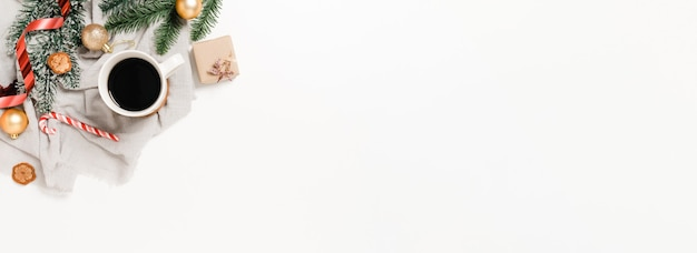 Postura plana criativa de composição tradicional de natal e ano novo. decoração de natal de inverno vista superior em fundo branco. banner panorâmico com espaço de cópia para texto