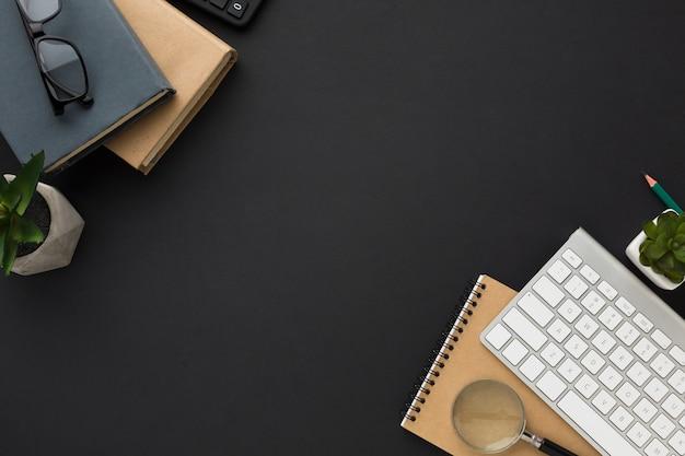 Postura plana da área de trabalho com agendas e teclado