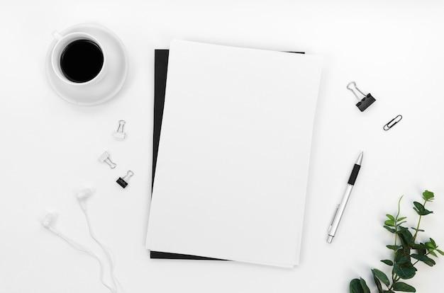 Postura plana da área de trabalho com cadernos e clipes de papel
