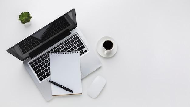 Postura plana da área de trabalho com laptop e mouse