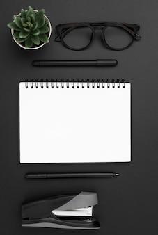 Postura plana da área de trabalho com notebook e suculenta