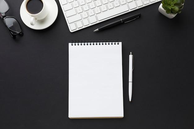 Postura plana da área de trabalho com notebooks e teclado