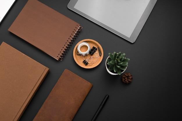 Postura plana da área de trabalho com tablet e agendas
