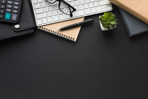 Postura plana da área de trabalho com teclado e agenda