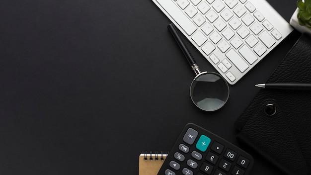 Postura plana da área de trabalho com teclado e calculadora