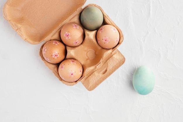 Postura plana da caixa com ovos de páscoa